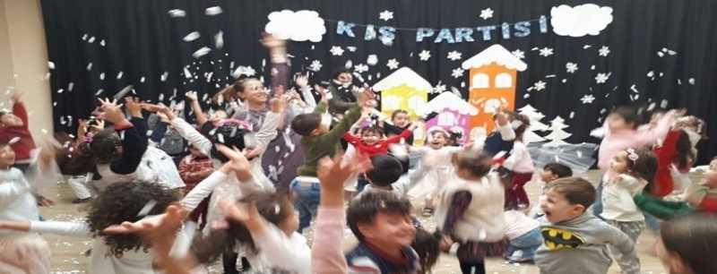 Minik öğrenciler kış partisinde gönüllerince eğlendiler