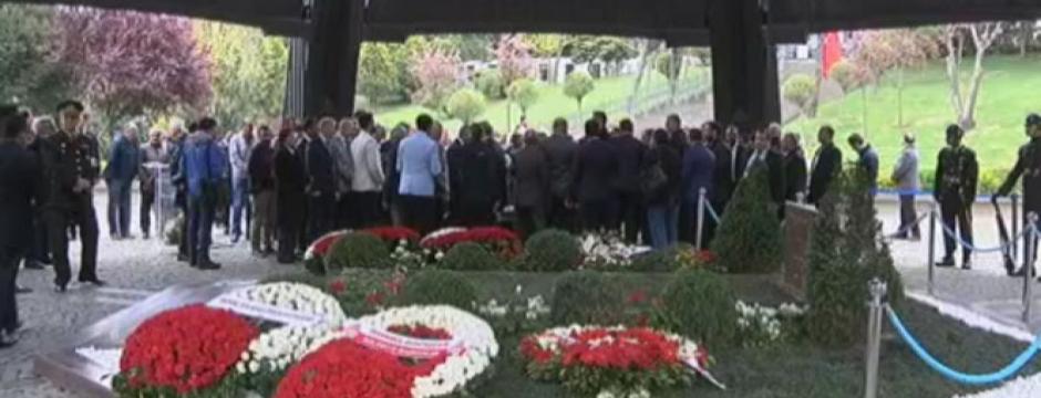 Sekizinci Cumhurbaşkanı Turgut Özal mezarı başında anılıyor