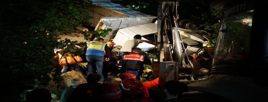 Kamyon kabininde sıkışan sürücü 4 saatlik çalışma sonucu kurtarıldı