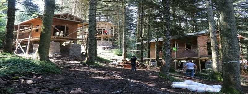 Doğayla uyumlu  bungalov evler yerleştirildi