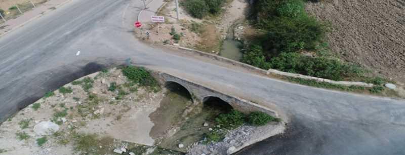 Tarihi köprüye hem asfalt hem beton döküldü