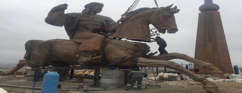 Köroğlu Parkı'na konulacak dev Köroğlu heykelinin montajına başlandı