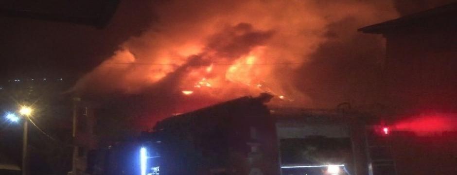 Bolu'da, 3 katlı ahşap ev alev alev yandı