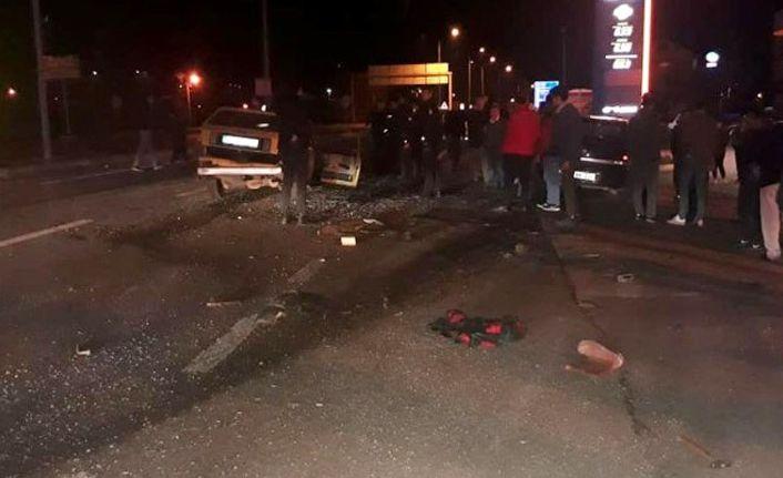 Otomobiller çarpıştı: 1 ölü, 2 yaral