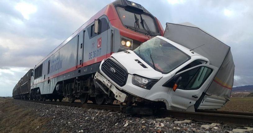 Bariyerleri kırıp geçmeye çalıştığı sırada tren çarptı
