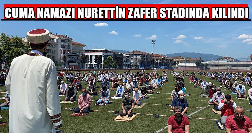 Yüzlerce Vatandaş Stadyumun Çimlerinde Saf Tuttu