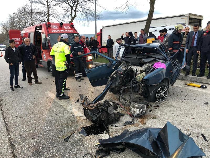 Ağaca çarpan aracın motoru yerinden fırladı 2 yaralı