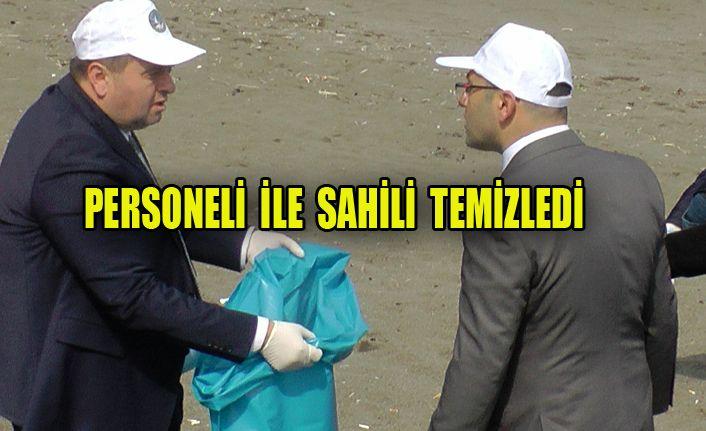 Başkan Yanmaz, memurlarıyla birlikte plajları temizledi