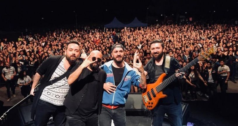 Covid-19'dan hayatını kaybeden Cemil Taşçıoğlu için şarkı söyledi