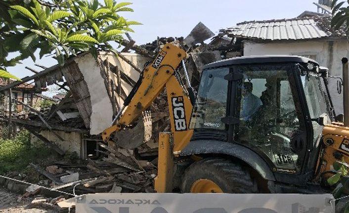 Akçakoca'da virane yapının yıkımı gerçekleştirildi
