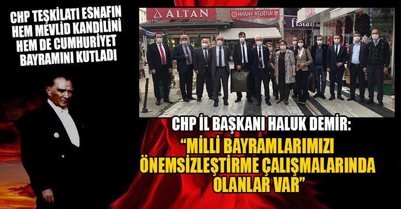 CHP Teşkilatı Esnafa Türk Bayrağı Dağıttı
