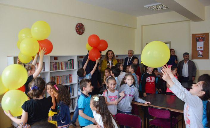 Galatasaraylı öğrencilerden köy okuluna kütüphane