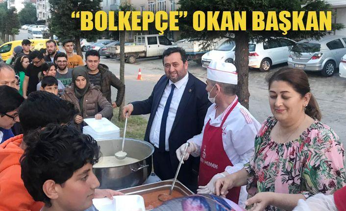 Başkan Yanmaz iftarda eşi ile yemek dağıttı