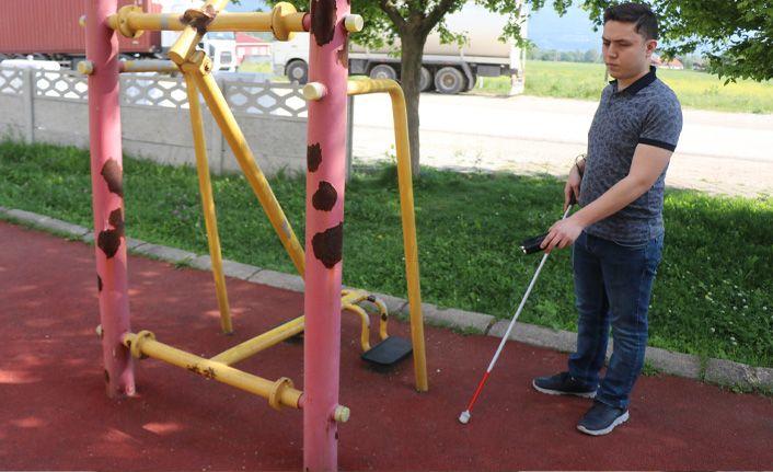 Görme engelli kuzeni için engellilere sesli uyarı veren cihaz üretti