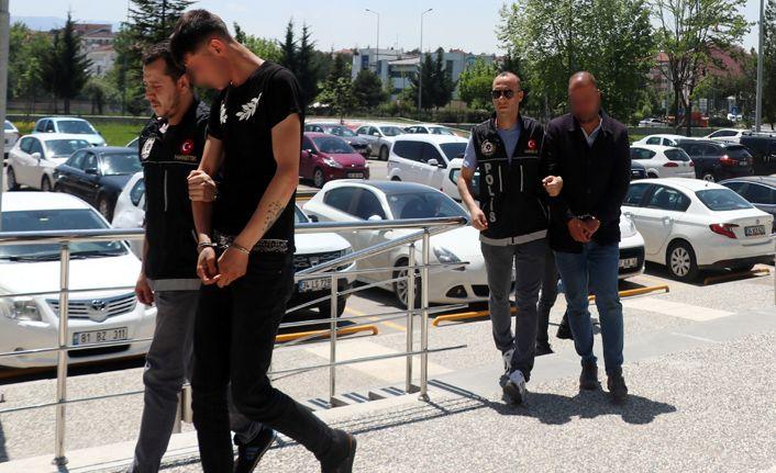 Uyuşturucu maddelerle yakalanan 2 kişi adliyeye sevk edildi
