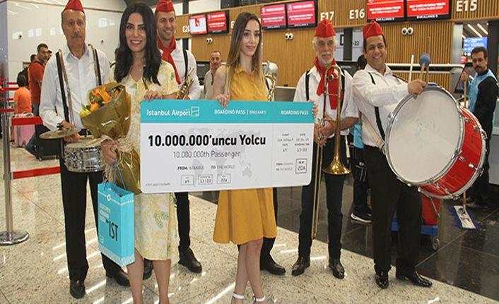 İstanbul Havalimanı'nda 10 milyonuncu yolcuya sürpriz karşılama