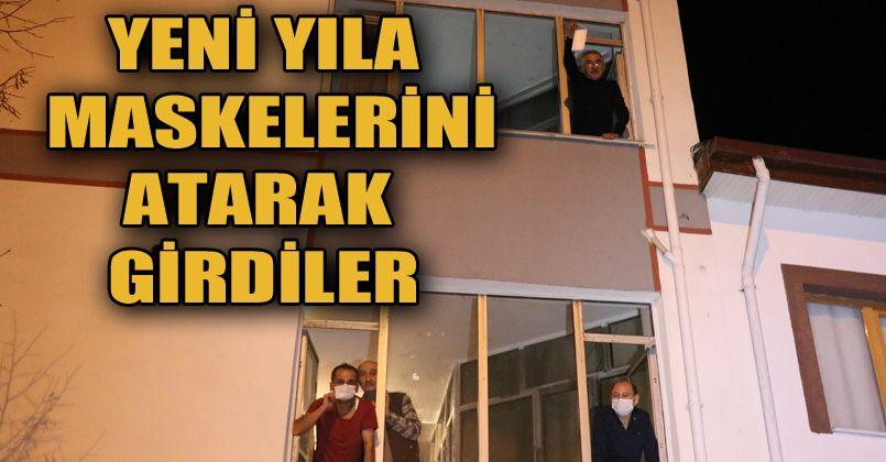 Yeni yıla maskelerini pencerelerden atarak girdiler