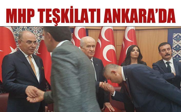 MHP teşkilatı Bahçeli'nin elini öptü, Türkeş'e dua etti