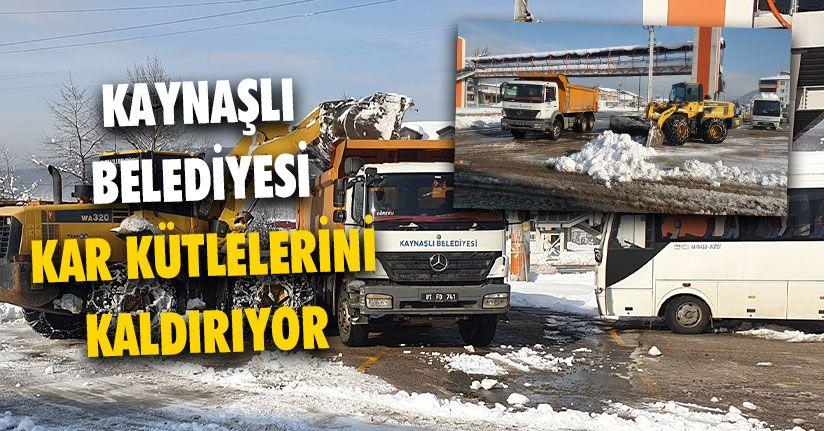Kaynaşlı Belediyesi Kar Kütlelerini Kaldırıyor