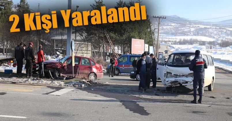 Minibüs ile otomobil kavşakta çarpıştı: 2 yaralı