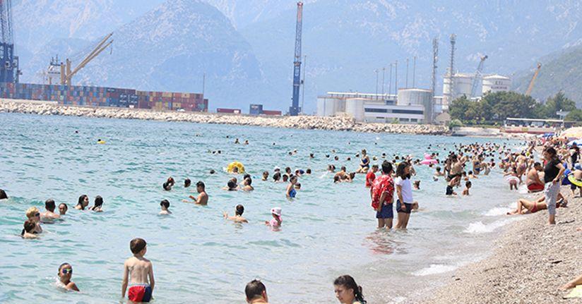 Günlük yolcu sayısında tüm zamanların rekorunu kıran Antalya'da sahiller doldu taştı