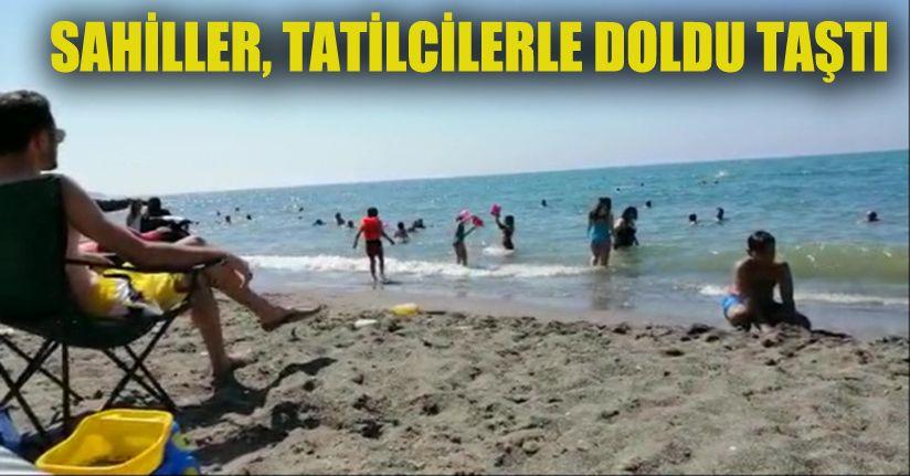 Çocuklar, kumsalın anne babalar denizin tadını çıkarttı