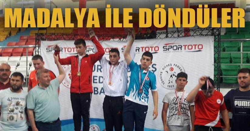 Güreşçilerden Madalya