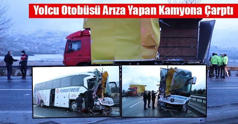 Yolcu otobüsü arıza yapan kamyona çarptı: 3 yaralı