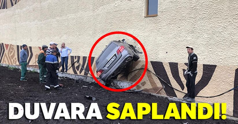 Rusya'da kontrolden çıkan otomobil duvara saplandı