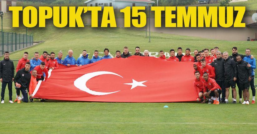 Futbolcular dev Türk Bayrağı ile poz verdi