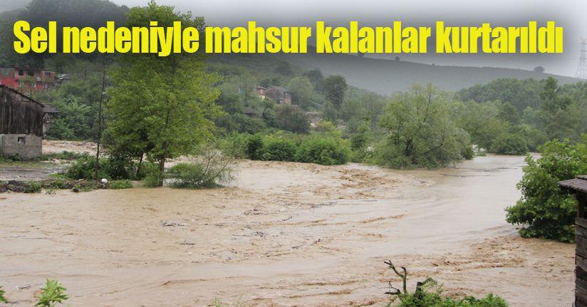 Düzce'nin Cumayeri ilçesinde yağış devam ederken dereler taştı