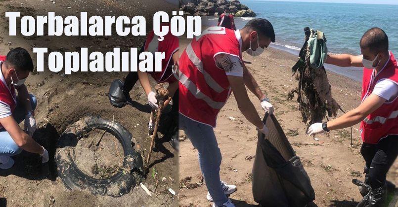 Gençler sahilden torbalarca çöp topladı
