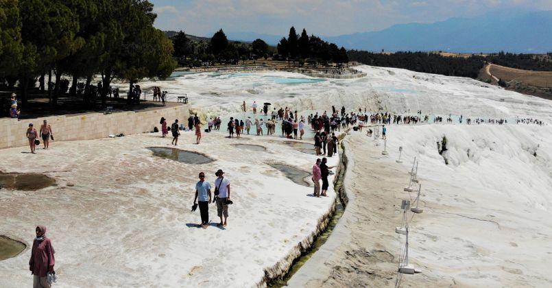 Beyaz cennet Pamukkale'ye yerli ve yabancı turistlerden yoğun ilgi