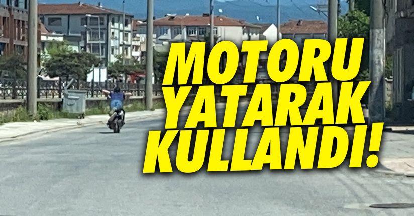 Sokağın boş olduğunu görünce motosikleti yatarak kullandı