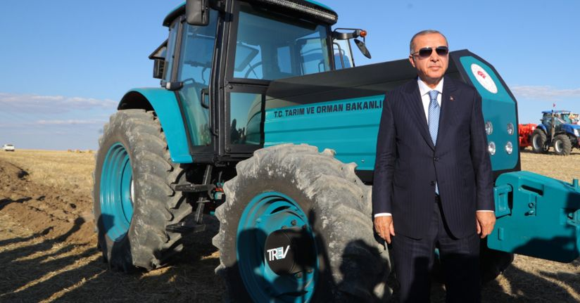 Cumhurbaşkanı Erdoğan yerli elektrikli traktörü kullandı