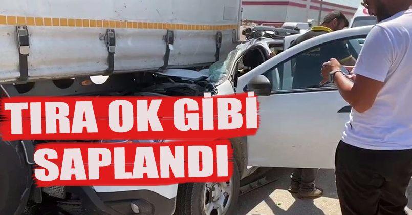 Kontrolden çıkan otomobil tıra ok gibi saplandı: 3 yaralı