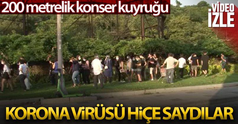 Konser kuyruğuna giren vatandaşlar korona virüs önlemlerini hiçe saydı