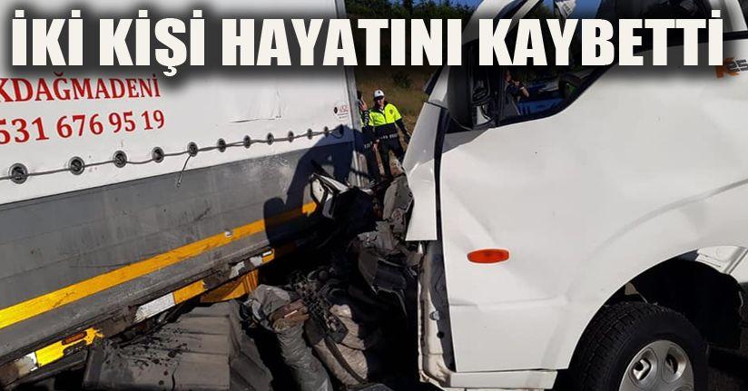 TEM'de, park halindeki tıra çarpan kamyonetteki 2 kişi öldü