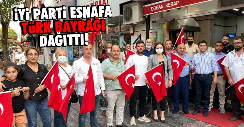 30 Ağustos Bayramı'nda esnafa Türk Bayrağı