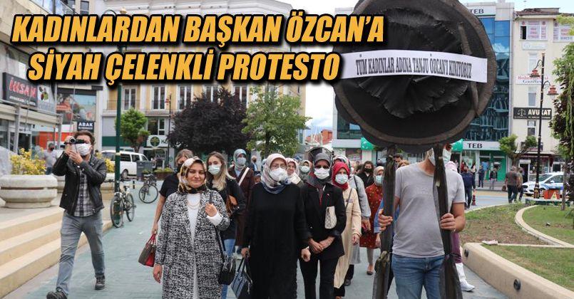 Kadınlardan Başkan Özcan'a siyah çelenkli protesto