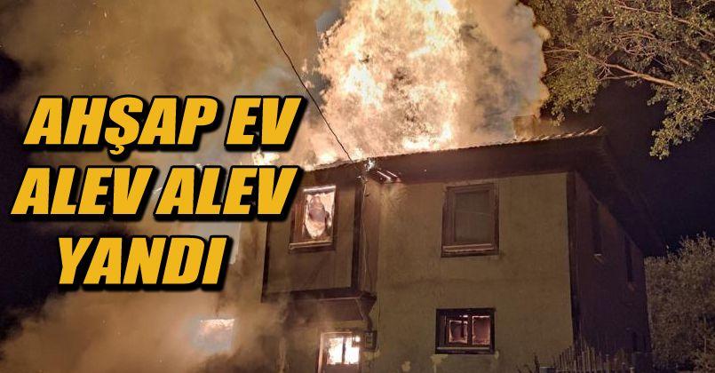 Bolu'da, 2 katlı ahşap ev ve ahır alev alev yandı