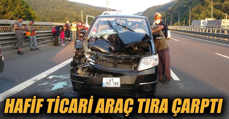 TEM'de hafif ticari araç tıra çarptı: 2 yaralı