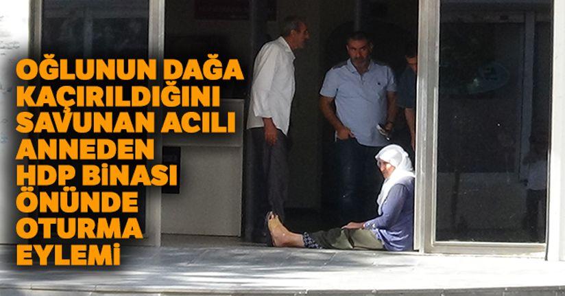 Oğlunun dağa kaçırıldığını savunan anne, geceyi HDP il binası önünde geçirdi
