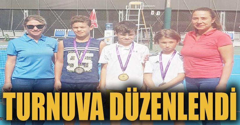 Küçük tenisçilerden madalya