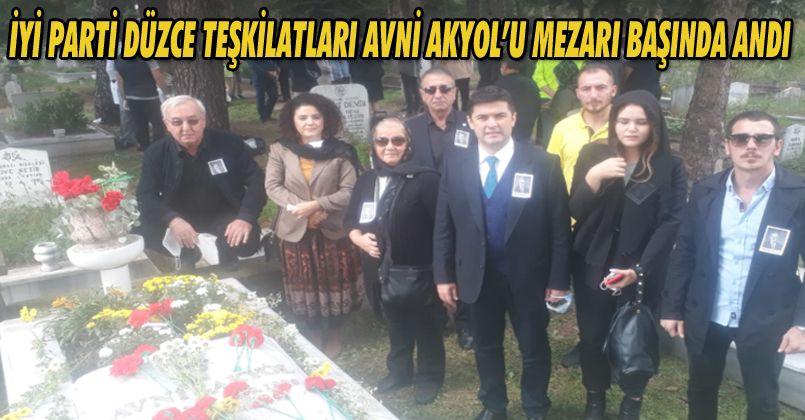 İYİ Parti Düzce teşkilatları Avni Akyol'u mezarı başında andı