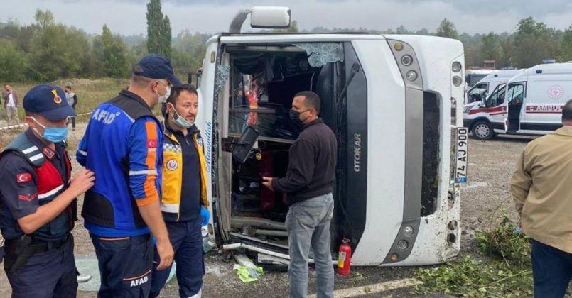 MHP kafilesini taşıyan midibüs devrildi: 2 ölü, 19 yaralı