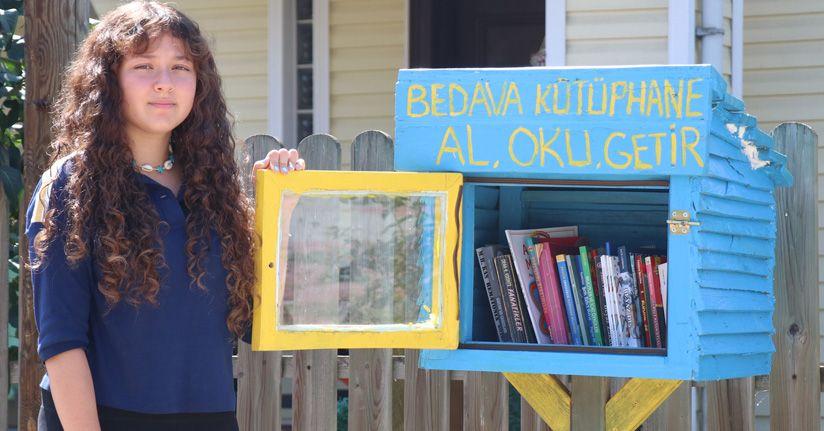 Lise öğrencisi evinin önüne kurduğu kütüphaneyle kitaplarını paylaşıyor