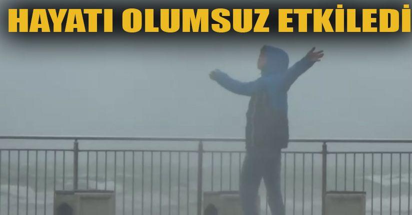 Akçakoca'da Fırtına Esnafın Çadırlarını Söktü