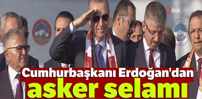 Cumhurbaşkanı Erdoğan ve protokol üyelerinden asker selamı