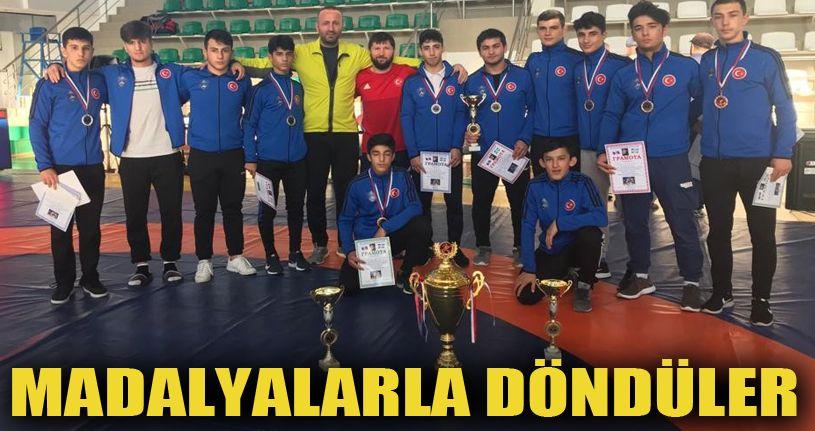 Hendek Belediyesi güreş takımı Rusya'dan madalya ile döndüler